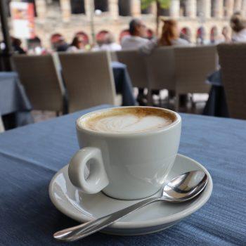 Einen Kaffee mit schönem Ausblick geniessen